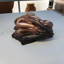 Femme couchée en plâtre