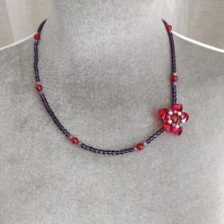 Collier de perles, motif fleur